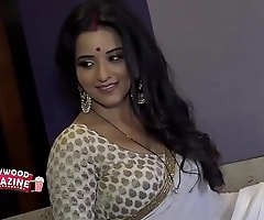 Hot Bhojpuri bombshell wife sweating in big huge boobs...