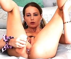 Solo hottie cums from sticking dildo into wet twat